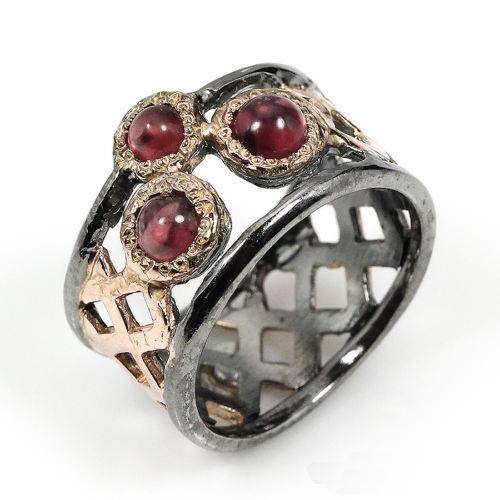 טבעת בשיבוץ 3 אבני גרנט עבודת יד כסף ציפוי זהב ורודיום שחור מידה: 6.75