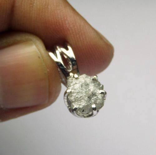 תליון בשיבוץ יהלום גלם לבן כסף 925 התליון: 0.65 קרט