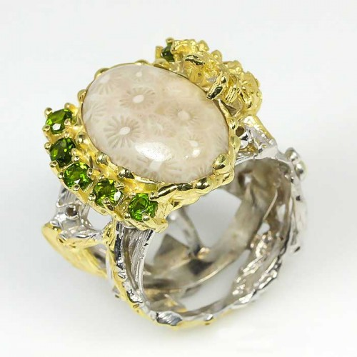 טבעת בשיבוץ אבני קורל פוסיל ופרידות עבודת יד כסף 925 ציפוי זהב ורודיום שחור מידה: 9