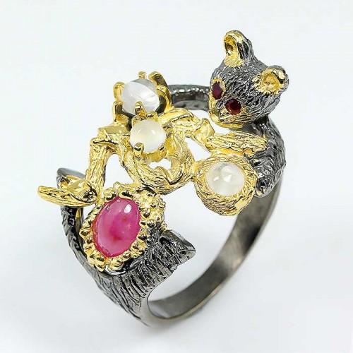 טבעת יוקרה עבודת יד כסף ציפוי זהב ורודיום שחור בשיבוץ אבני רובי ומונסטון מידה: 9.5