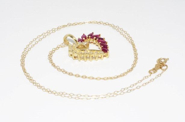תליון ושרשרת זהב צהוב 10 קרט בשיבוץ 8 אבני רובי ובשיבוץ 11 יהלומים