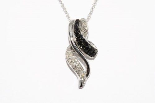 שרשרת ותליון זהב לבן בשיבוץ 17 יהלומים שחורים 20. ובשיבוץ 30 יהלומים לבנים