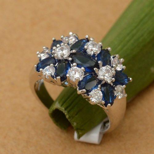 טבעת כסף 925 בשיבוץ אבני ספיר כחול וזירקונים מידה: 6 הטבעת: 5.4 גרם