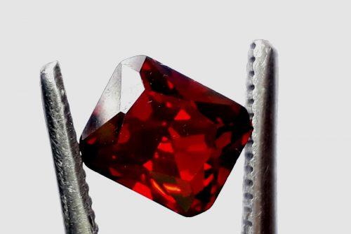 """זירקון Zircon טבעי אדום ליטוש מלבני (קמבודיה) 5.50 קרט מידה: 7*9 מ""""מ"""