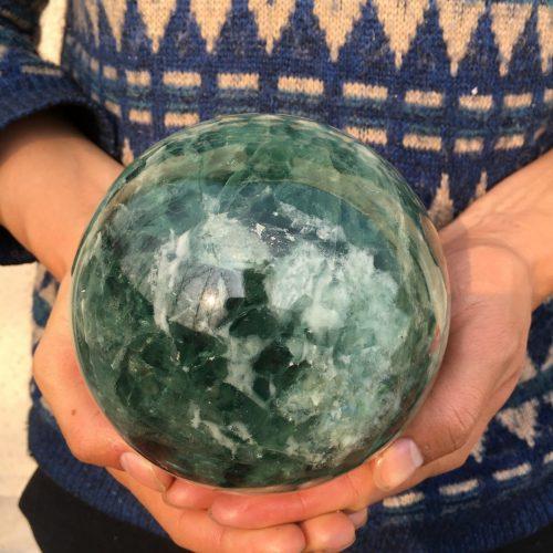 """כדור פלואורייט ירוק גדול איכותי לאספנים משקל: 3400 גרם קוטר: 114 מ""""מ"""