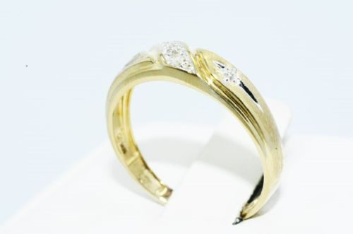 טבעת נישואין זהב צהוב 10 קרט בשיבוץ יהלומים לבנים 05. קרט מידה: 7.75