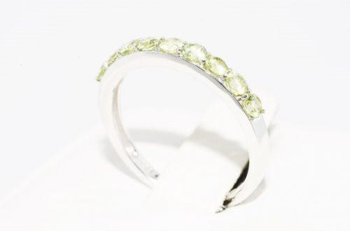 טבעת זהב לבן 10 קרט בשיבוץ פרידות. הטבעת מידה: 7