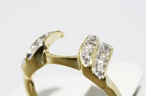 טבעת זהב צהוב 10 קרט בשיבוץ יהלומים לבנים 10. קרט ניקיון: l1 מידה: 5.25