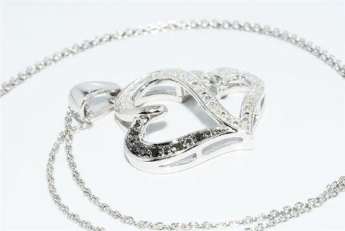תליון ושרשרת כסף בשיבוץ יהלומים שחורים ולבנים 12. קרט ניקיון יהלומים: , I1 עיצוב לבבות