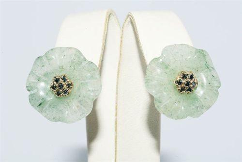 עגילי זהב 14 קרט בשיבוץ 14 יהלומים כחולים 0.20 קרט ובשיבוץ אוונטורין ירוק עיצוב פרח