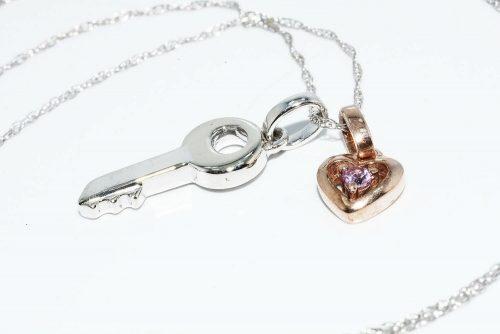 תליון ושרשרת זהב לבן וצהוב 10 קרט בשיבוץ טופז ורוד 05. קרט עיצוב לב ומפתח