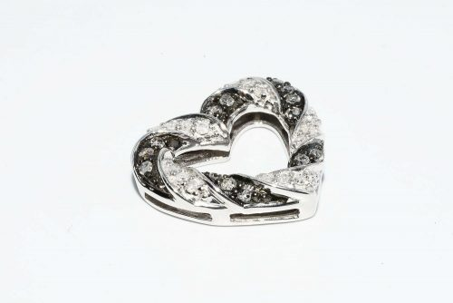 תליון כסף עיצוב לב בשיבוץ 14 יהלומים אפורים 15. קרט בשיבוץ 16 יהלומים לבנים 15. קרט