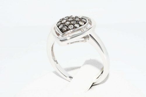 טבעת כסף 925 עיצוב לב בשיבוץ 18 יהלומים אפורים 39. קרט ניקיון יהלומים: I1 מידה: 7