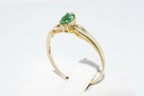 טבעת זהב צהוב 14 קרט בשיבוץ אמרלד 21. קרט מידה: 8 הטבעת 1.49 גרם
