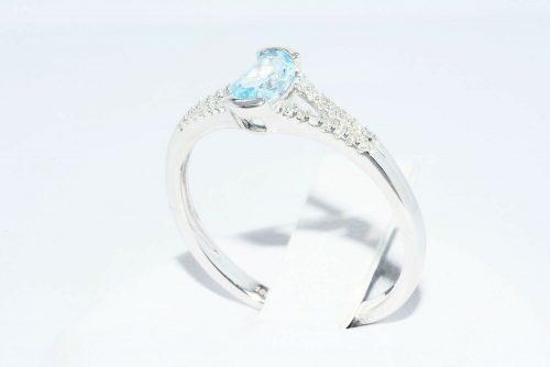 טבעת זהב לבן 10 קרט משובצת טופז כחול 31. קרט + 28 יהלומים לבנים 18. קרט מידה: 7.25
