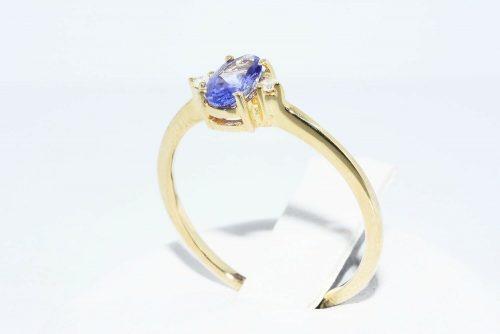 טבעת זהב צהוב 14 קרט בשיבוץ טנזנייט 29. קרט + 2 יהלומים לבנים 02. קרט במידה: 6.75