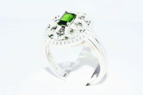טבעת כסף בשיבוץ דיופסיד 45. קרט + 12 יהלומים ירוקים 10. קרט ניקיון: I1 מידה: 8.25