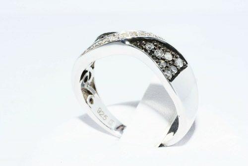טבעת כסף 925 בשיבוץ 14 יהלומים אפורים 21. קרט + 6 יהלומים לבנים 05. קרט מידה: 7