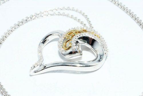 תליון ושרשרת כסף וציפוי זהב בשיבוץ 67 יהלומים לבנים 17. קרט ניקיון יהלומים: SI2 עיצוב לב