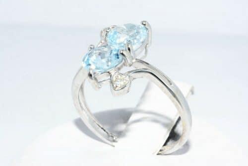 טבעת זהב לבן 10 קרט בשיבוץ 2 טופז כחול 1.76 קרט + 2 יהלומים לבנים 06. קרט מידה: 6
