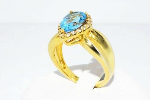 טבעת יוקרה כסף 925 בציפוי זהב בשיבוץ טופז כחול 4.50 קרט + 20 טופז לבן 50. קרט מידה: 7.25