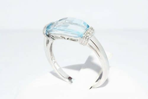טבעת זהב לבן 10 קרט משובצת טופז כחול 4.10 קרט + 4 יהלומים לבנים 03. קרט מידה: 7.25