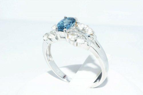 טבעת יוקרה כסף 925 בשיבוץ טופז לונדון 90. קרט בשיבוץ 8 טופז לבן 90. קרט מידה: 9.25