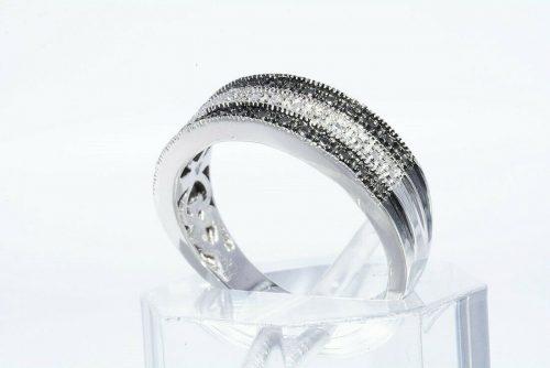 טבעת כסף 925 בשיבוץ 2 יהלומים שחורים 02. קרט + 4 יהלומים לבנים 02. קרט מידה: 7 \ 7.25