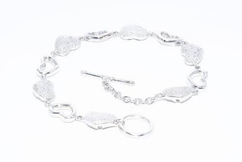 צמיד יוקרה כסף 925 בעיצוב לבבות בשיבוץ 10 יהלומים לבנים 10.קרט ניקיון יהלומים: SI3